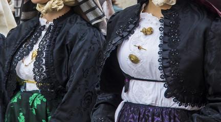 CAGLIARI, ITALIA - MAGGIO 1, 2013: 357^ Processione Religiosa di Sant'Efisio - dettaglio di un costume tradizionale sardo - Sardegna