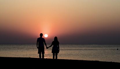 Silhouette eines Paares beim Sonnenaufgang