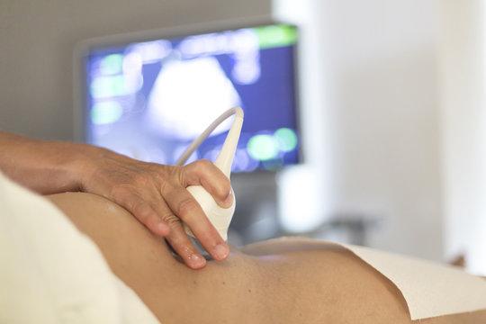 Schwangere Frau bei Ultraschalluntersuchung beim Gynäkologen