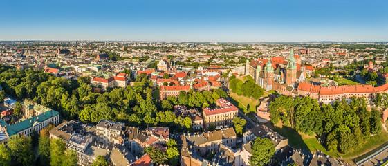 Kraków - panorama miasta z powietrza. Krajobraz starego miasta z lotu ptaka z widocznym zamkiem na Wawelu.