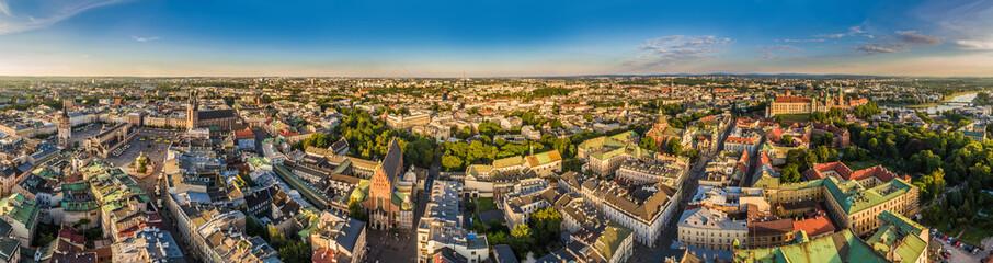 Kraków - panorama starego miasta z powietrza. Atrakcje i zabytki Krakowa, od Sukiennic do Wawelu.