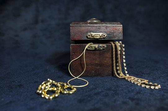 Jewel case with jewelry