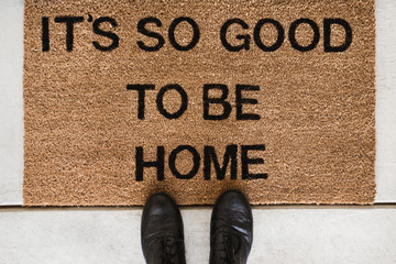 """Doormat with a message """"It's so good to be home"""""""
