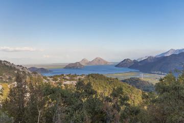вид с горы на скадарское озеро в национальном парке