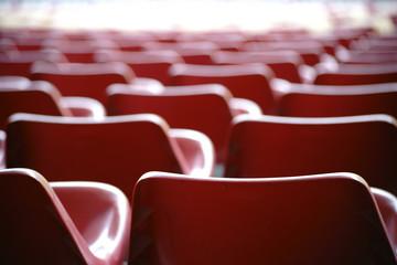 Sitzreihen  / Die abstrakte Fotografie von Sitzreihen in einem Stadion.