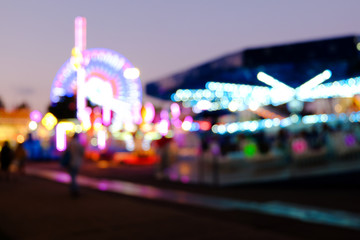 Poster Amusementspark Abstract blur lights of ferris wheel and other attractions at night