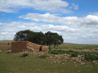 草原の廃屋