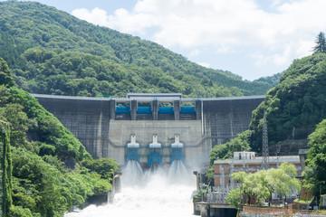 Papiers peints Barrage 台風通過後に放流する天ヶ瀬ダムの景色