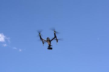 DRONE IN VOLO, IMPEGNATO IN RIPRESE FOTOGRAFICHE E VIDEO.