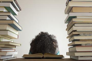 Erschöpfte Frau über Buch