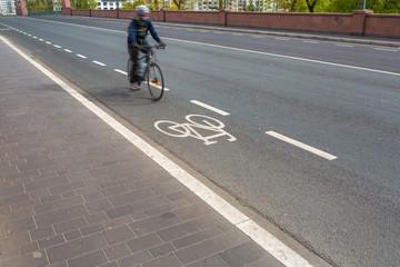 Fahrrad fahren in der Stadt mit Radweg