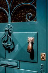 La porte à heurtoir en forme de main