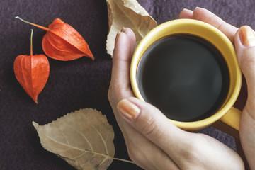 Горячий кофе в руках женщины. Coffee a cup.