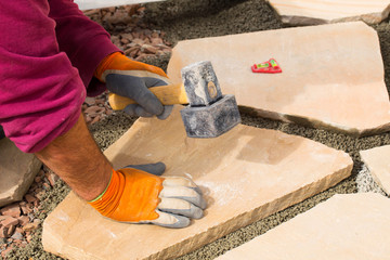Garten- und Landschaftsbau  -  Verlegung von Sandsteinplatten in ein Mörtelbett aus Trasszement und Splitt  -  Terrasse aus Naturstein