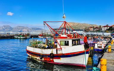 Fischerboote im Hafen von Kalk Bay; Kap-Halbinsel; Kapstadt; Südafrika