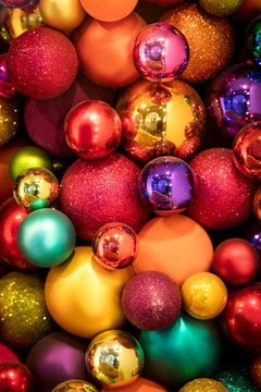 viele bunte Weihnachtskugeln, festlicher Hintergrund