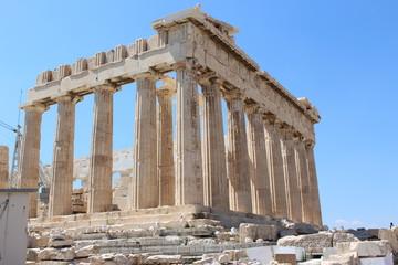 パルテノン神殿/アクロポリスの入り口、プロピュライアを抜けるとアテネの聖域であるパルテノン神殿が建っています。パルテノン神殿はアテネの守護神、女神アテナを祀る神殿として有名です。