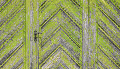 Grüne Holztür mit Verzierungen