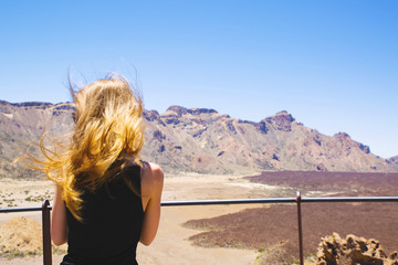 girl looks at the mountains