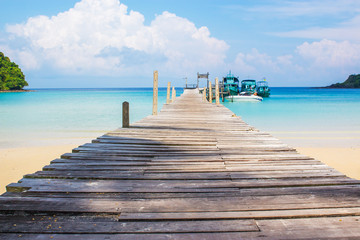 Poster Caraïben Blue sea with wooden bridge