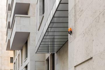 Rundumleuchte an Gebäudefassade Signal