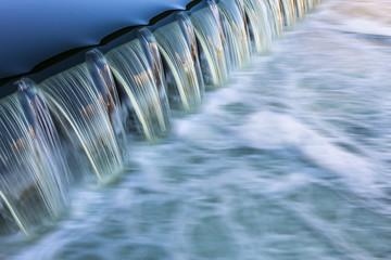 fließendes Wasser Wehr