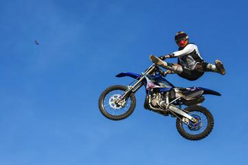 La pose en embrasure Motocyclette Motocross Jump on Blue Sky