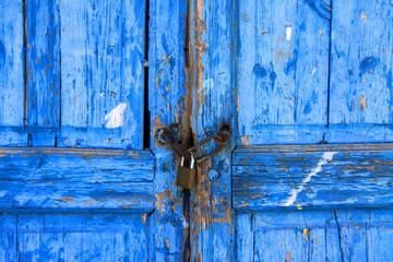 Blaue Holztüren mit Vorhängeschloss