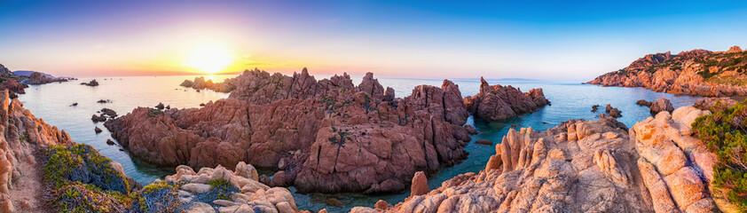 Sonnenuntergang an der Felsen Küste Costa Paradiso in Sardinien