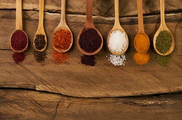 In de dag Kruiden Oriental various spices in wooden spoons