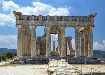 Античный храм на острове Эгина в Греции.