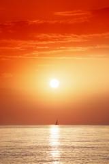 Poster de jardin Rouge traffic aurore et voilier en Méditerranée