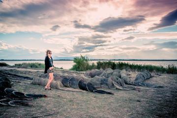 Femme au bord de l'étang de Canet-Saint-nazaire
