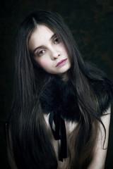 Junge Frau mit Fell