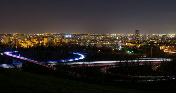 Paysage de nuit et traînées lumineuses avec vue sur le val D'oise vu de la butte d'Orgemont à Argenteuil