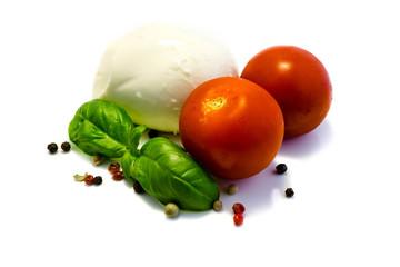 Mozzarella mit Tomaten und Basilikum Pfeffer isoliert freigestellt auf weißen Hintergrund, Freisteller