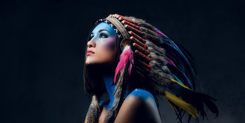 Photo sur Aluminium Body Paint Female with Indian feather hat and colorful makeup.