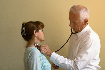 Arzt hört Patientin ab