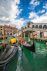 Die Rialto Brücke in Venedig, Italien, an einem sonnigen Sommertag