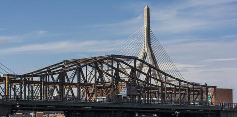"""Charlestown- und Zakinbrücke über den """"Charles River"""" von Boston in den USA."""