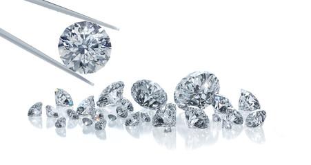 Diamant mit Pinzette und Gruppe von Diamanten