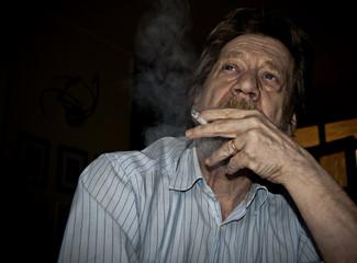 Uomo anziano, fumatore, dipendenza dalla nicotina.