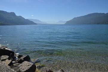 Eau limpide sur le Lac du Bourget, en Savoie, plus grand lac naturel de France, région Auvergne-Rhône-Alpes