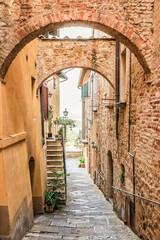 Wąska uliczka 3D w Montepulciano w Tuscany Włochy