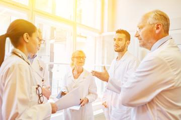 Ärzte und Krankenschwester bei Team Meeting