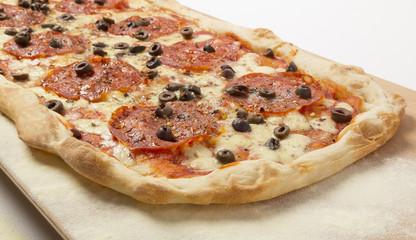 Pizza con salame piccante e olive