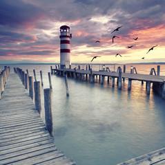 Jesienny wieczór nad jeziorem, cisza i spokój