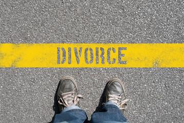 Ein Mann steht an der Grenze zu Scheidung