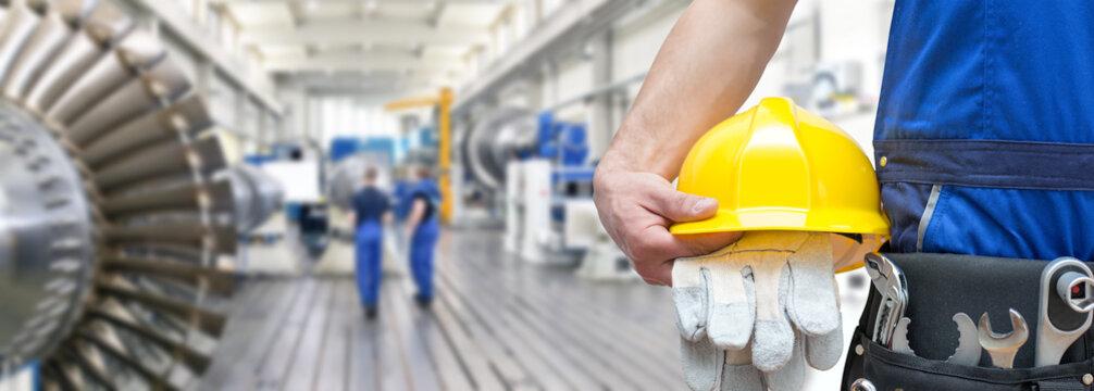Detail Arbeiter Monteur im Maschinenbau mit Ausrüstung // Worker in mechanical engineering with equipment