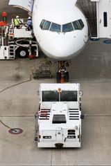 飛行機、旅客機、トーイングカー、トーイングトラクター